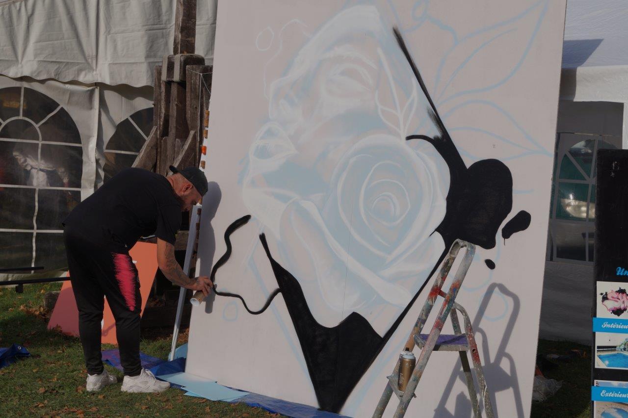 Les graffeurs de Street Colors exécutent des œuvres en live.