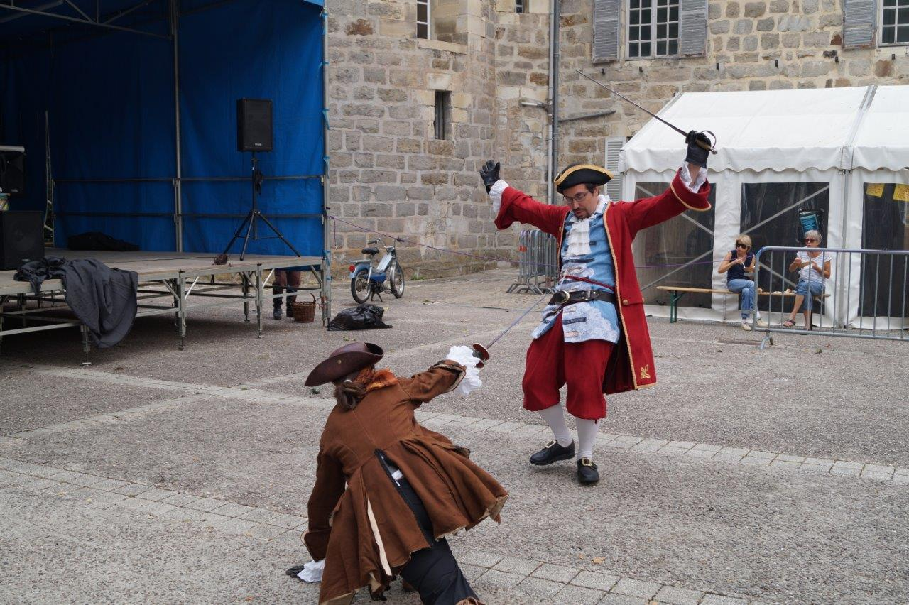 Venue de Metz, la troupe Quinte Septime fait partager au public sa passion pour l'Histoire, le théâtre et l'escrime ancienne...