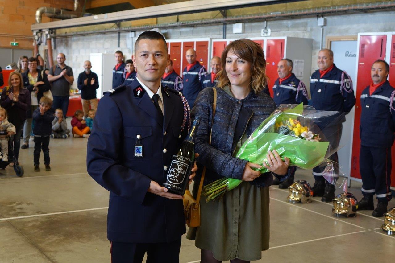 Le lieutenant et son épouse ont reçu respectivement une bouteille de breuvage local personnalisé et un bouquet de fleurs de l'amicale des sapeurs-pompiers de Trélou-sur-Marne.