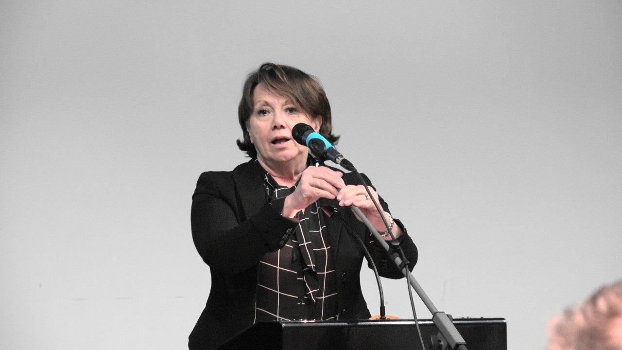 Michèle Fuselier, maire de Brasles, accueille les élus dans la salle culturelle.