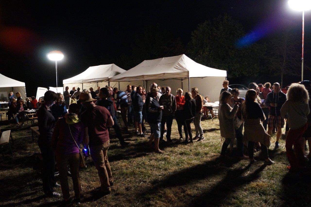 Près de 150 personnes font la fête sur une pâture située à la sortie du village de Verdilly.