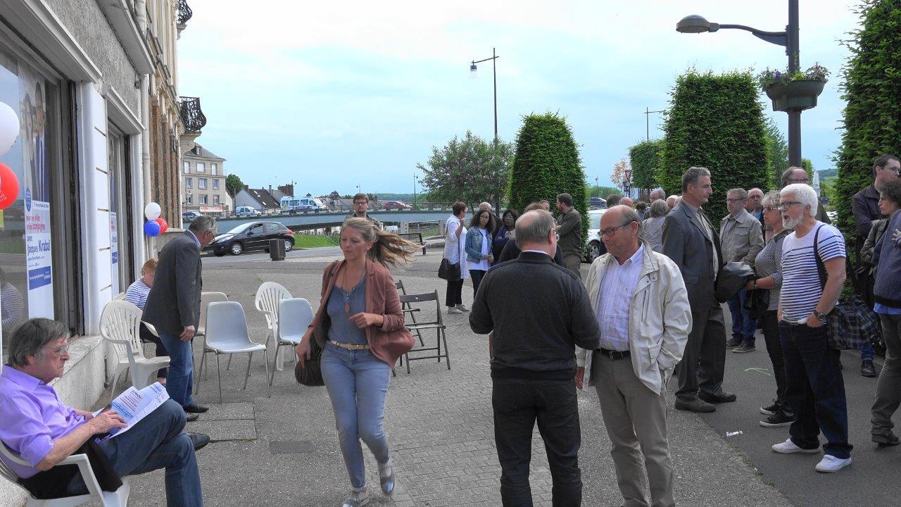 Au centre : Rosalie Becquet, collaboratrice parlementaire du député Jacques Krabal, est au four et au moulin !