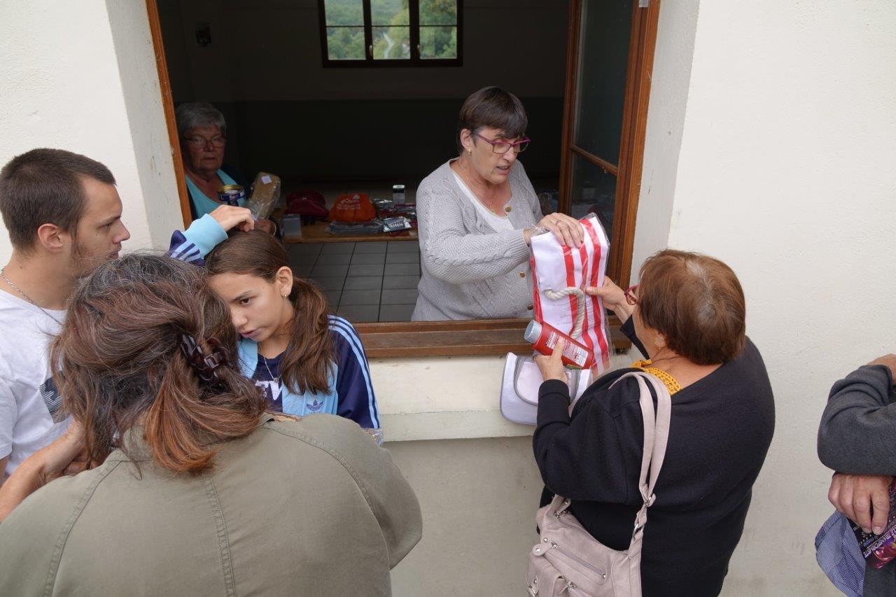 A l'issue du spectacle, les bénévoles s'activent à la remise des lots aux possesseurs des enveloppes gagnantes.