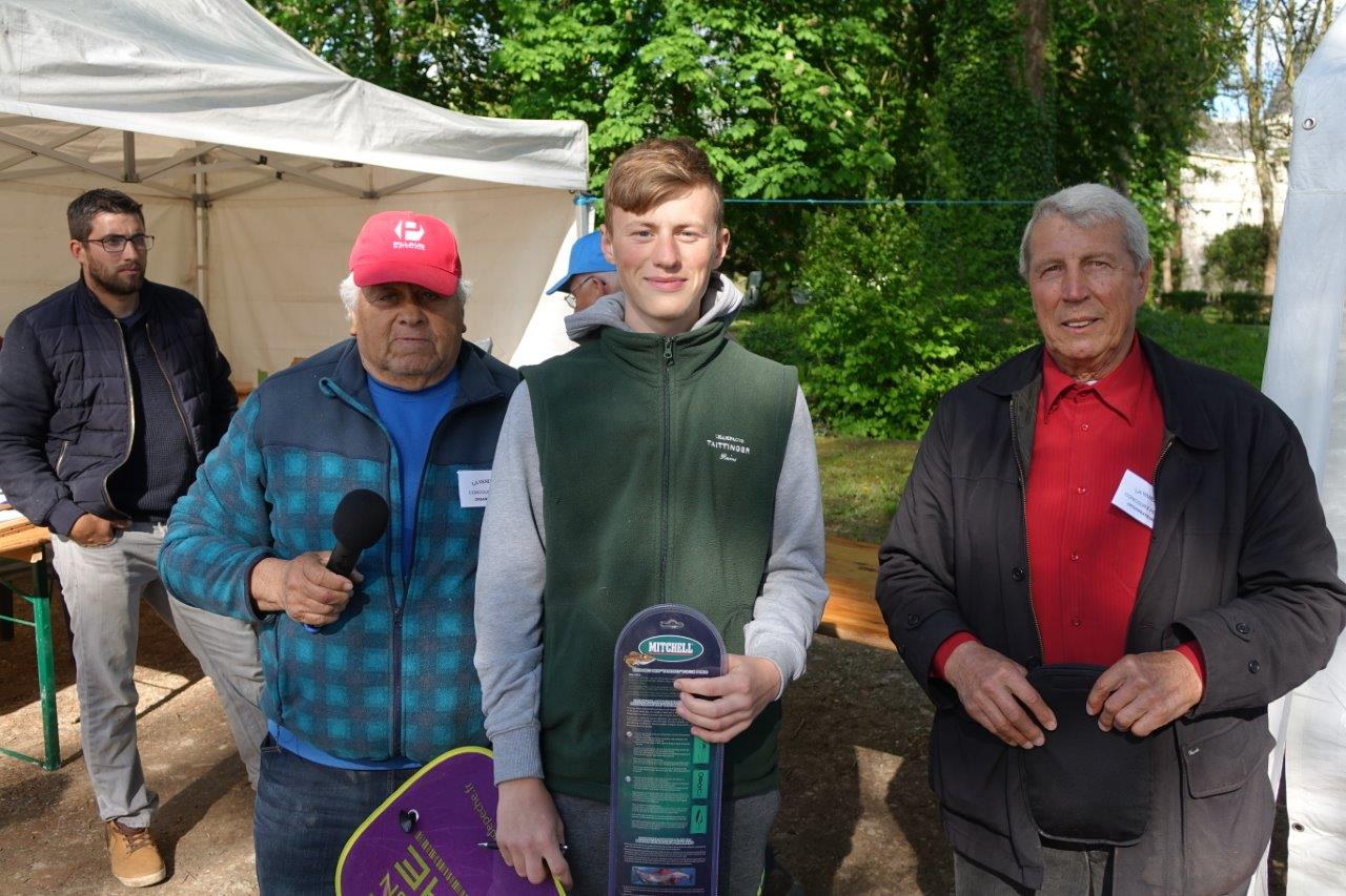 Au centre : Tom Chermont, également meilleur jeune, termine à la deuxième place avec un total de vingt-deux truites.