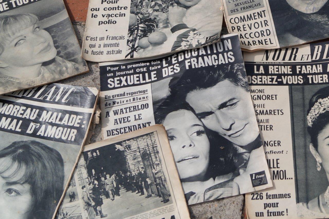 La revue Noir et Blanc apparaît en kiosque en 1945. Elle traite de sujets d'actualité et plus particulièrement de la vie des stars de l'époque.