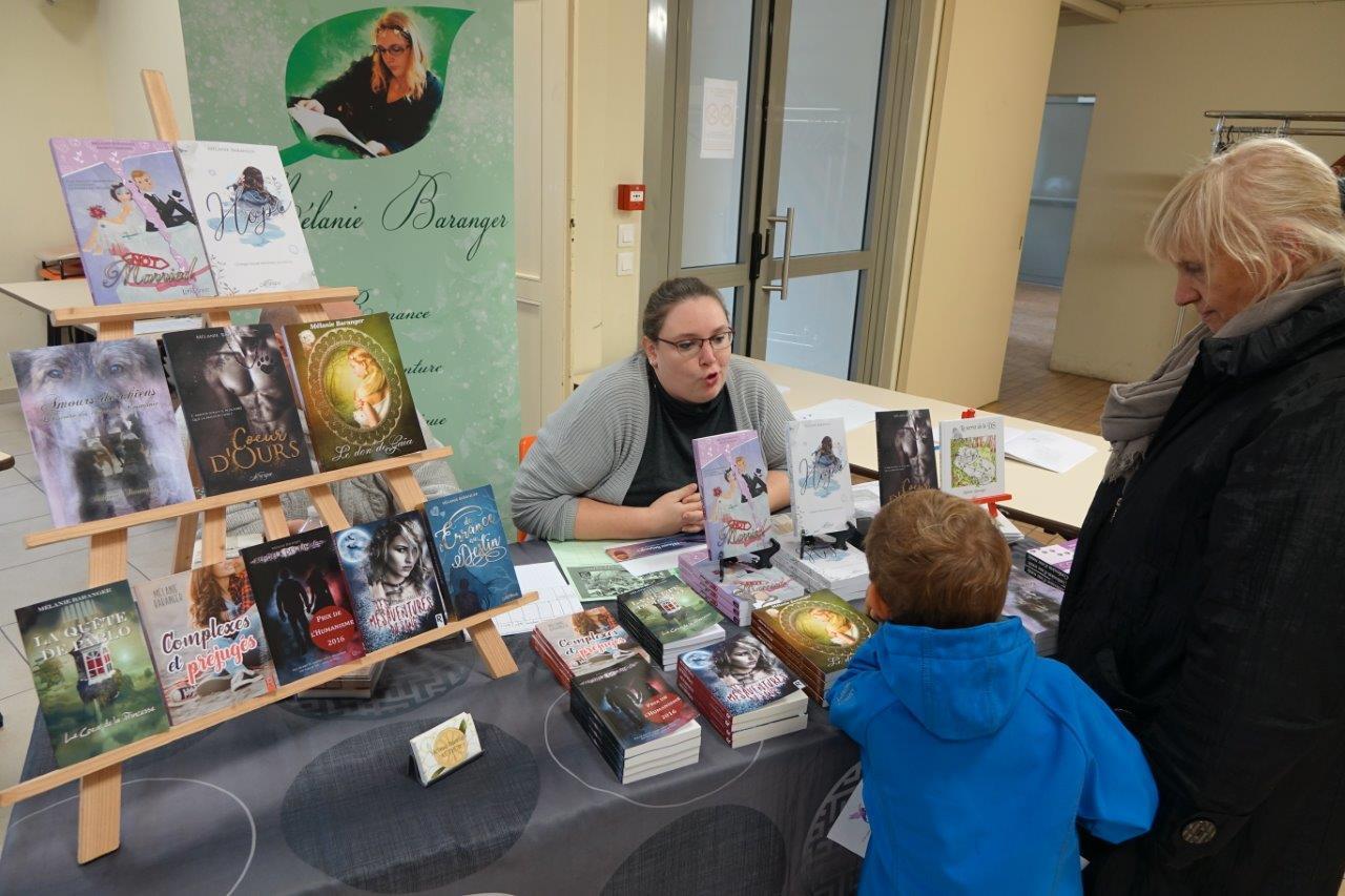 L'écrivaine Mélanie Baranger a accueilli les visiteurs, petits et grands, à l'entrée de la salle des fêtes.