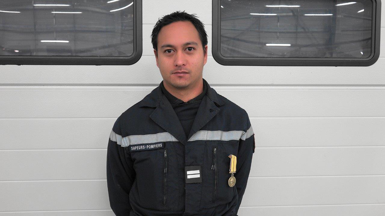 L'adjudant Hitimoé Sibille est promu lieutenant et distingué de la médaille de bronze des sapeurs-pompiers pour 10 ans de bons et loyaux services.