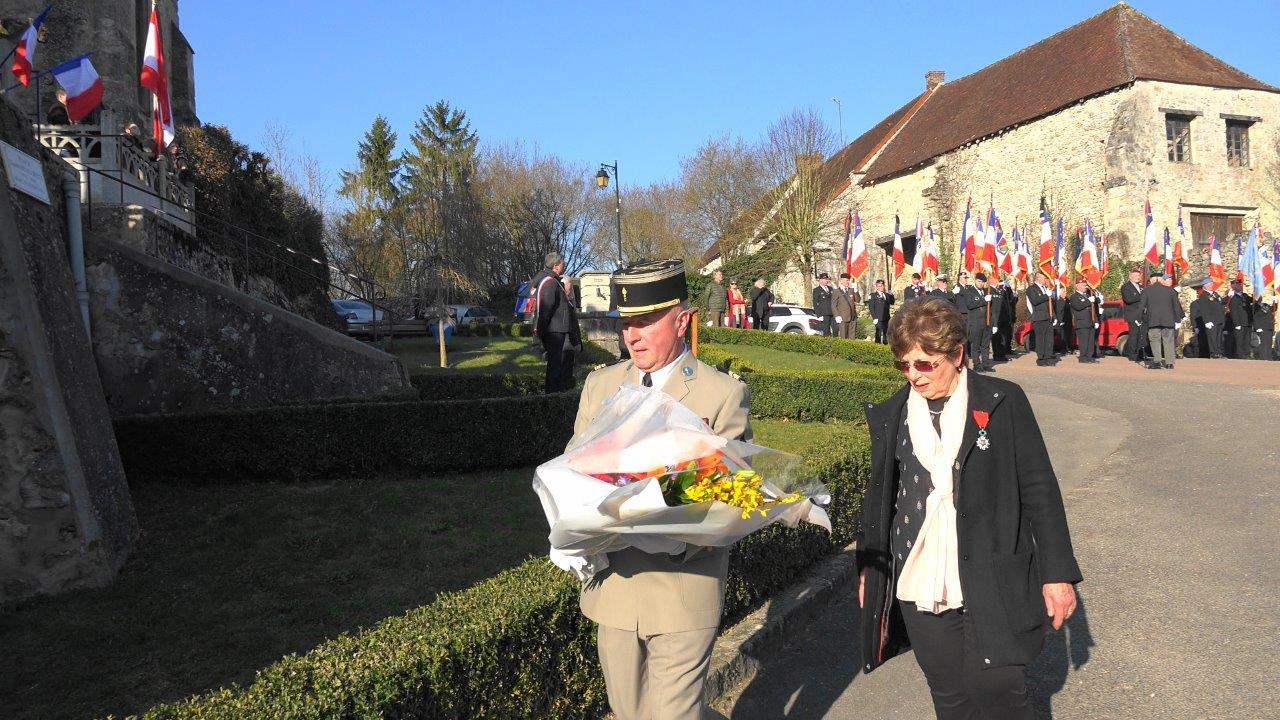 Le lieutenant-colonel Siconolfi et Ginette Planson déposent une gerbe de fleurs.