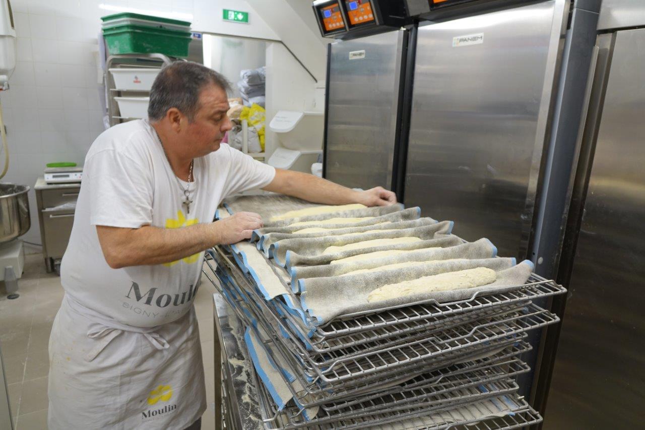 Thierry Caulier commence à donner une forme aux baguettes avant de les faire séjourner dans une armoire de fermentation.
