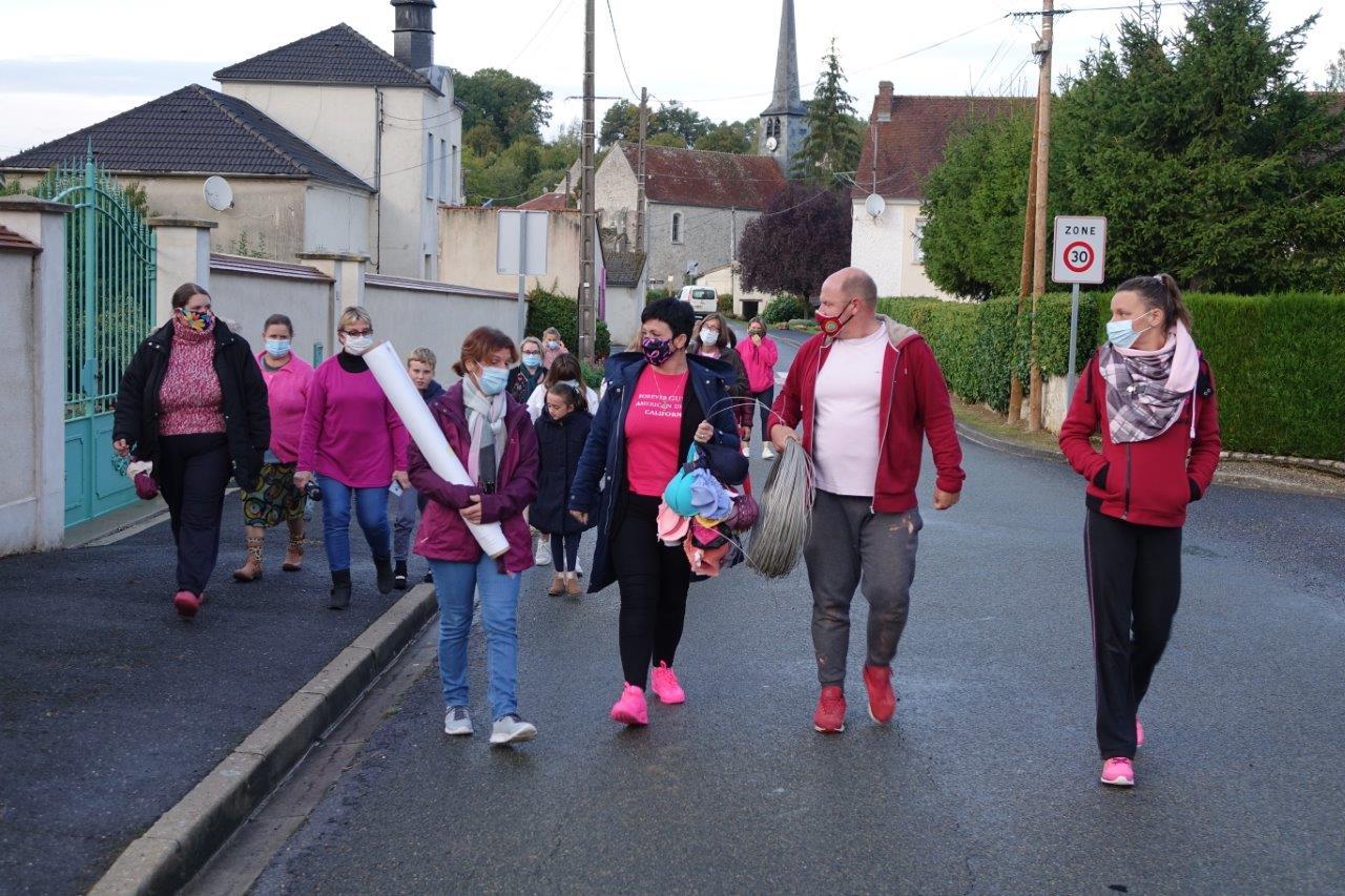 Emmené par Gaëlle Vaudé (au centre, chaussée de baskets roses), le groupe composé d'une grande partie du conseil municipal et des habitants mobilisés se dirige vers le lieu d'accrochage...