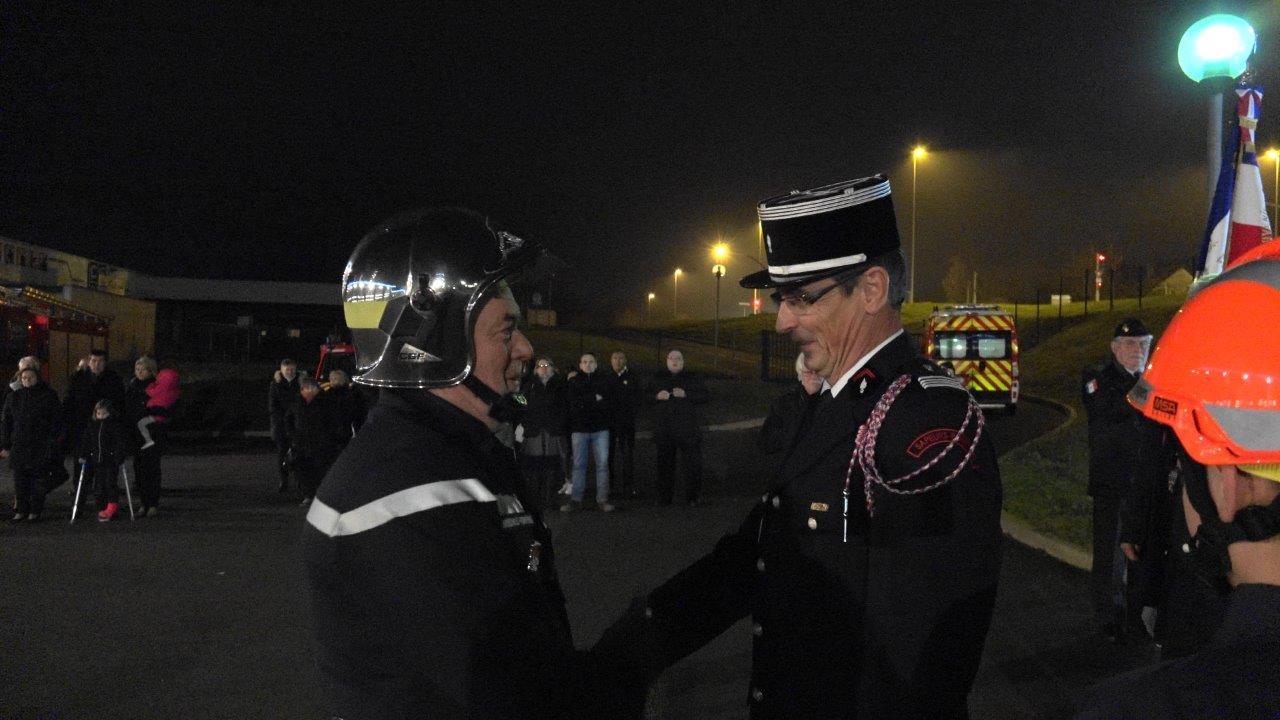 Le Commandant Dominique Potard remet la Médaille d'Or pour 30 ans de service au sapeur-pompier José Ponche.