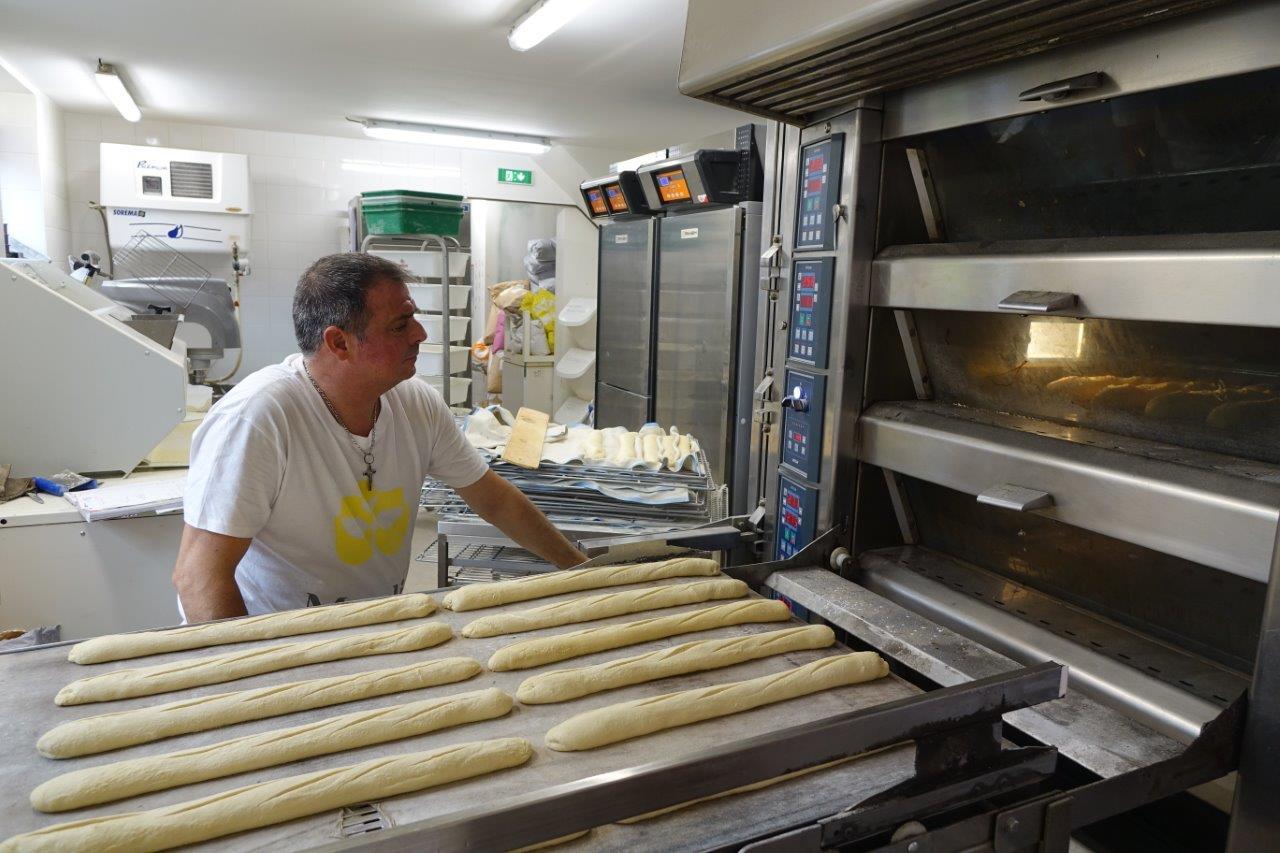 Le temps de cuisson est désormais de treize minutes. Les boulangers ont gagné cinq minutes de cuisson grâce à la préparation de la pâte.