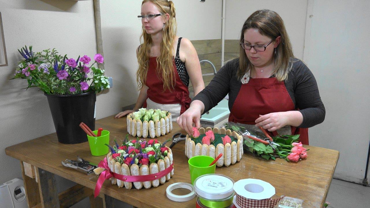 L'été, le fleurissement du gâteau peut se faire avec les fleurs du jardin.