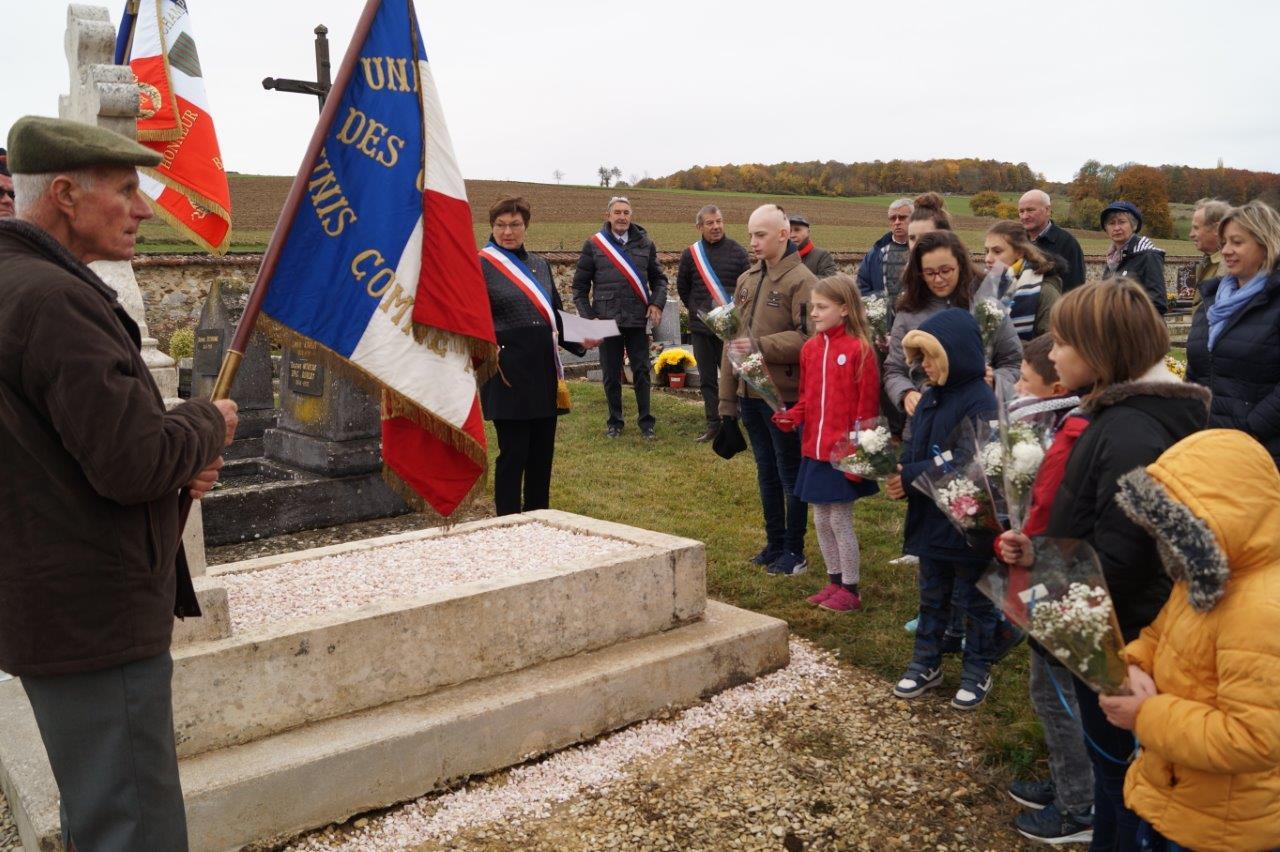 Les enfants s'apprêtent à fleurir la sépulture du sous-lieutenant Lucien Leclercq...