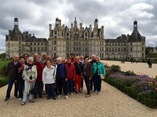 Les participants posent devant le château de Chambord.