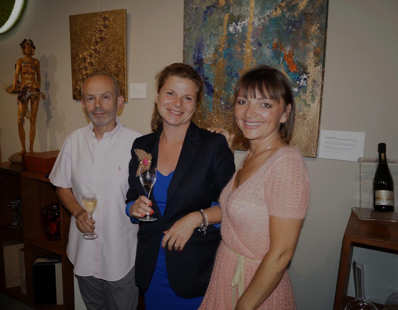 De gauche à droite : Franck Météyer, Caroline Brun et Anna Météyer vous convient à une dégustation visuelle jusqu'au 26 juillet.
