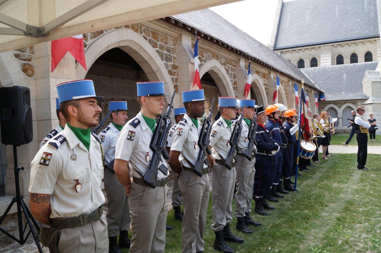 Au premier plan : le piquet d'honneur du 5ème Régiment de Dragons de Mailly-le-Camp dans l'Aube.