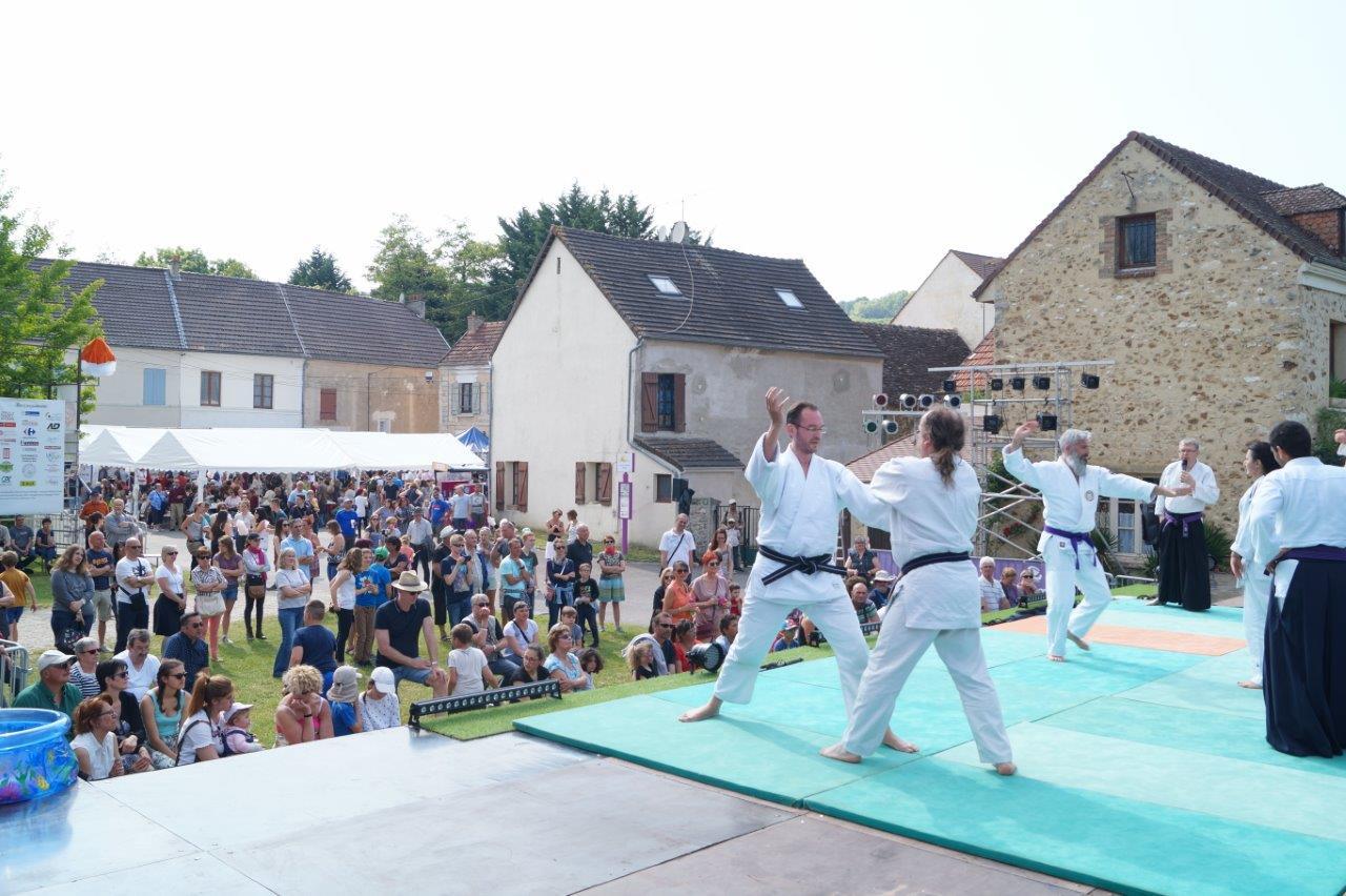 Les enfants ont été attentifs à la démonstration de Ju-jitsu.