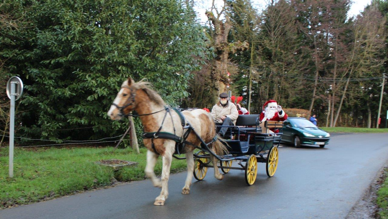 Passionné d'attelage, l'ancien maire de Montlevon, Edgard Vervaet, est venu convoyer le Père Nël en calèche dans les rues du bourg.