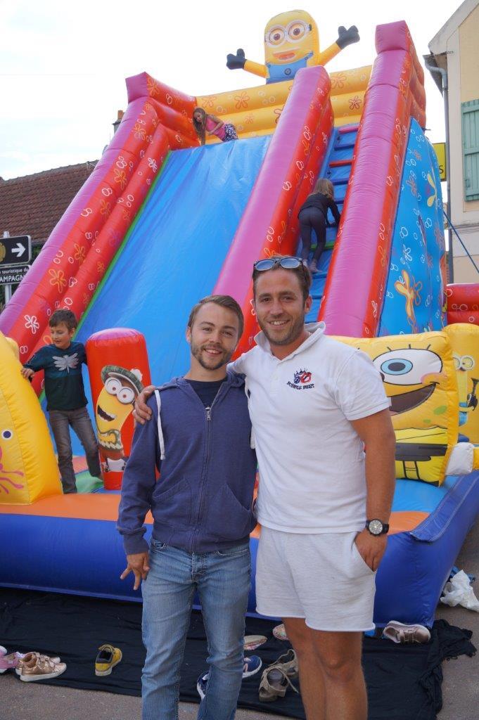 """De gauche à droite : Pierre Woirret, le président du comité des fêtes de Baulne-en-Brie et """"Bubble Best"""", le fournisseur rémois de la structure gonflable."""