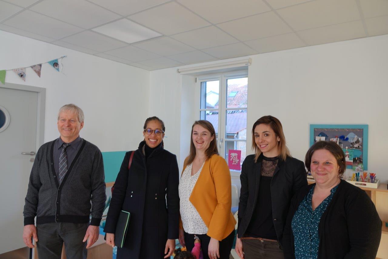 """De gauche à droite : Eric Assier, Natalie William, Emilie Boufatis, directrice des micro-crèches """"Graines et Compagnie"""" et le personnel de la structure de Condé-en-Brie."""