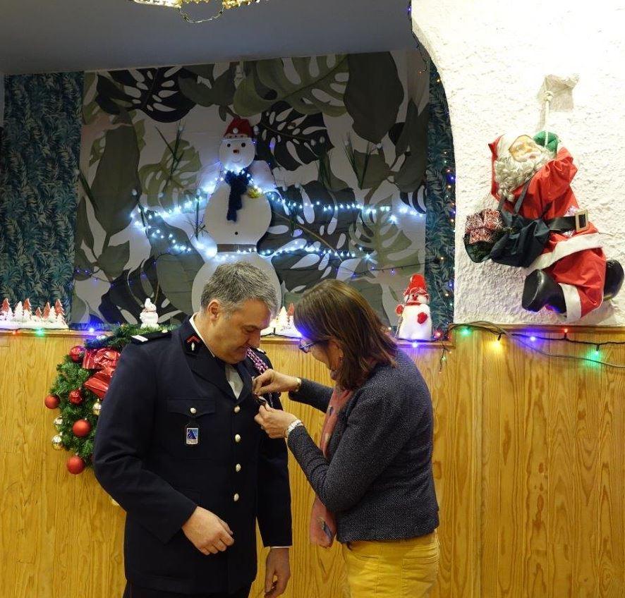 Pascal Le Cornec reçoit la médaille d'honneur du SDIS pour 37 ans de service.