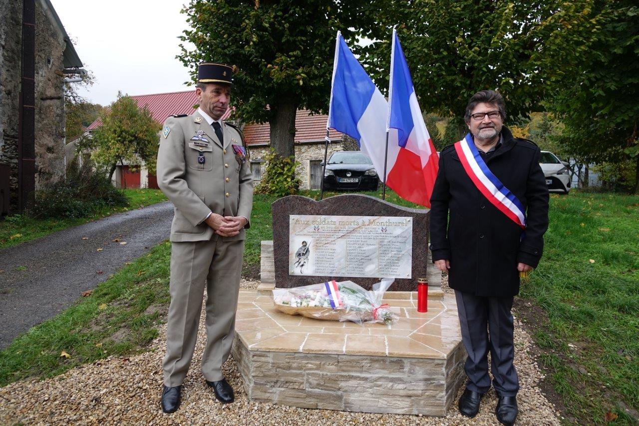 De gauche à droite : L'adjudant Sylvain Billion, ancien combattant présent à Berlin, et Didier Simon, maire de Monthurel.
