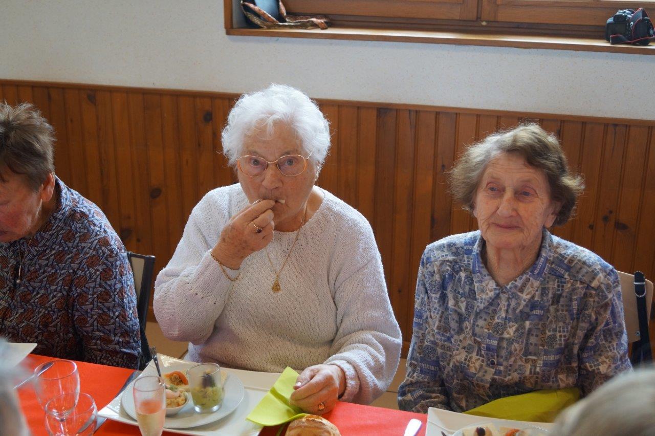 Au centre : Jeannine Levot, la doyenne de La Chapelle-Monthodon, a toujours un bon coup de fourchette.