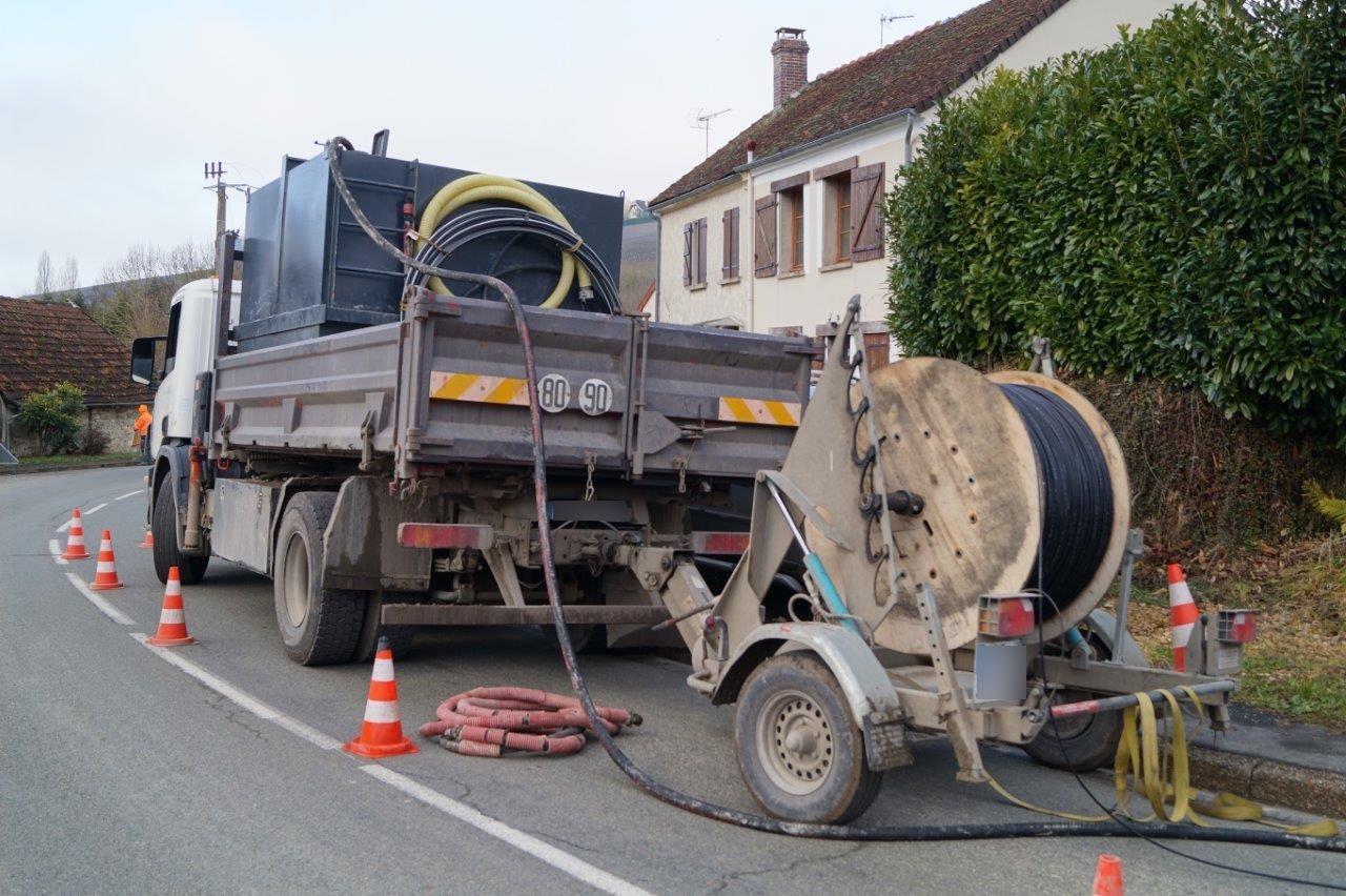 A Saint-Agnan, l'entreprise Benoît Chevrier utilise la pose de câble par portage à l'eau.