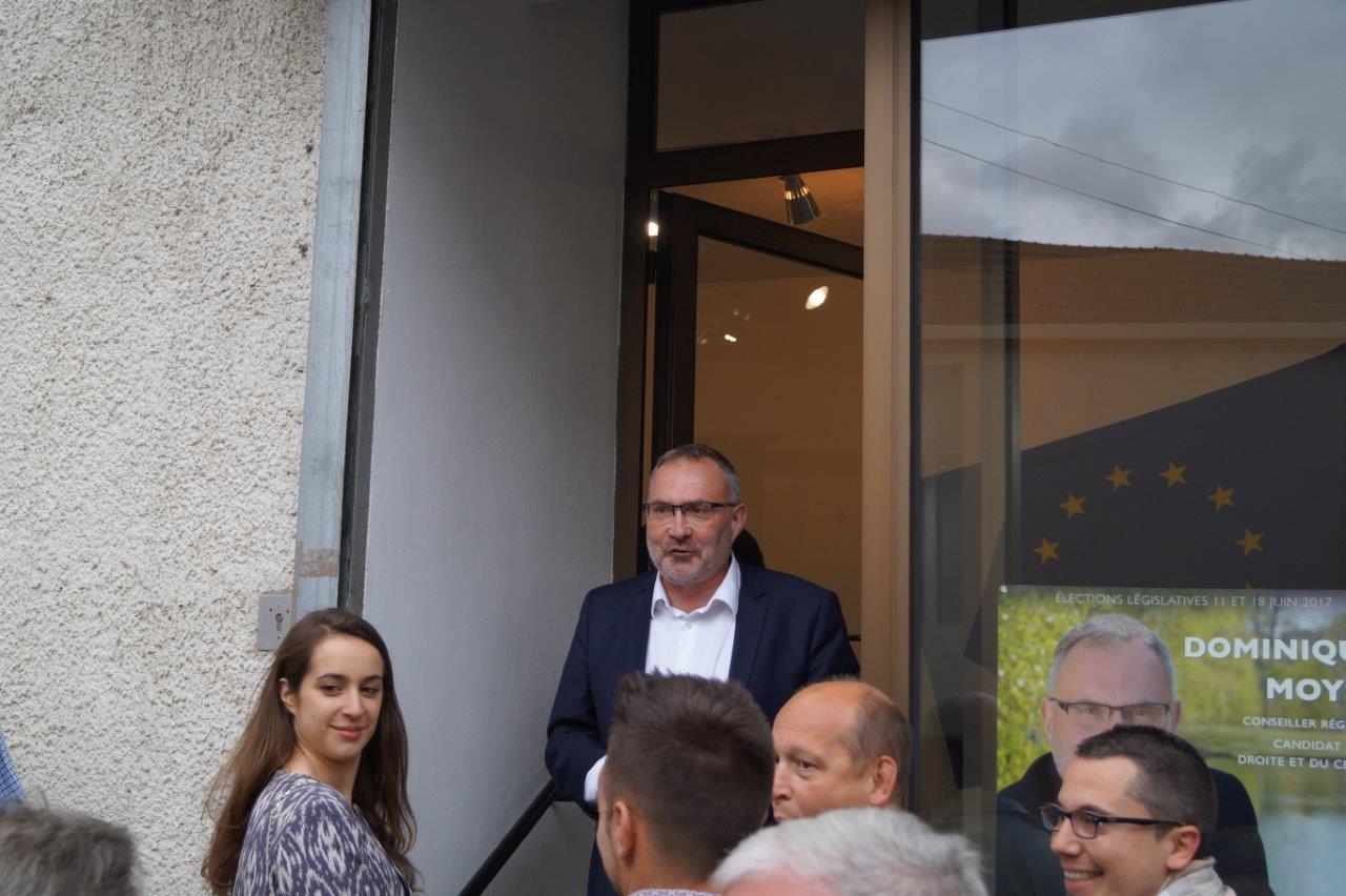 Dominique Moyse accueille les invités dans son QG de campagne.