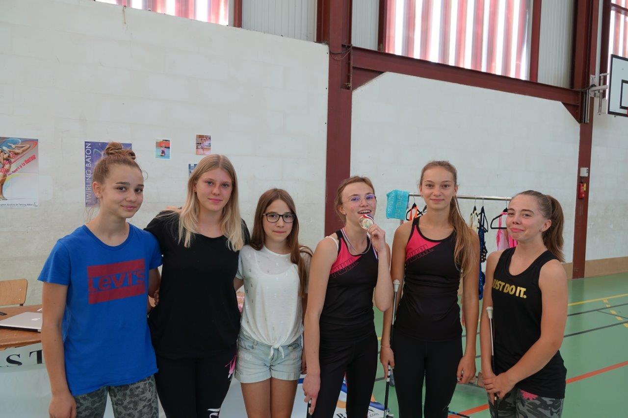 Mathilde Moreau croque sa médaille de bronze comme les sportifs de haut niveau.