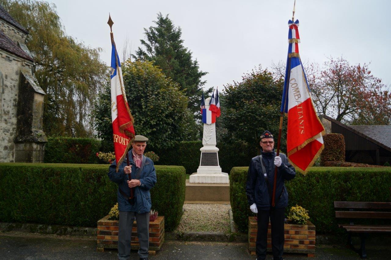 De gauche à droite : les porte-drapeaux Robert Breton et Marcel Dartinet.