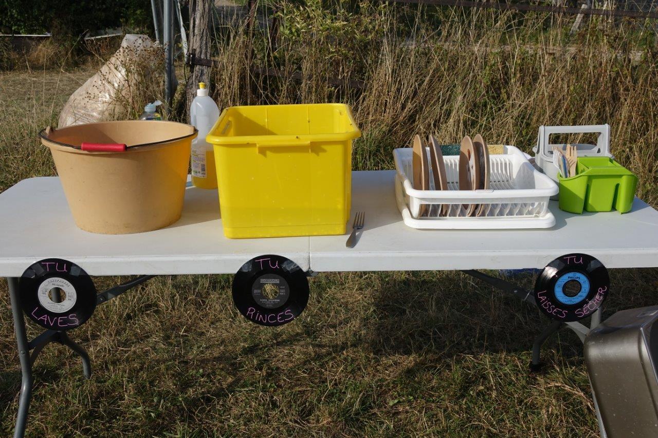 Ici, les festivaliers utilisent de la vraie vaisselle.