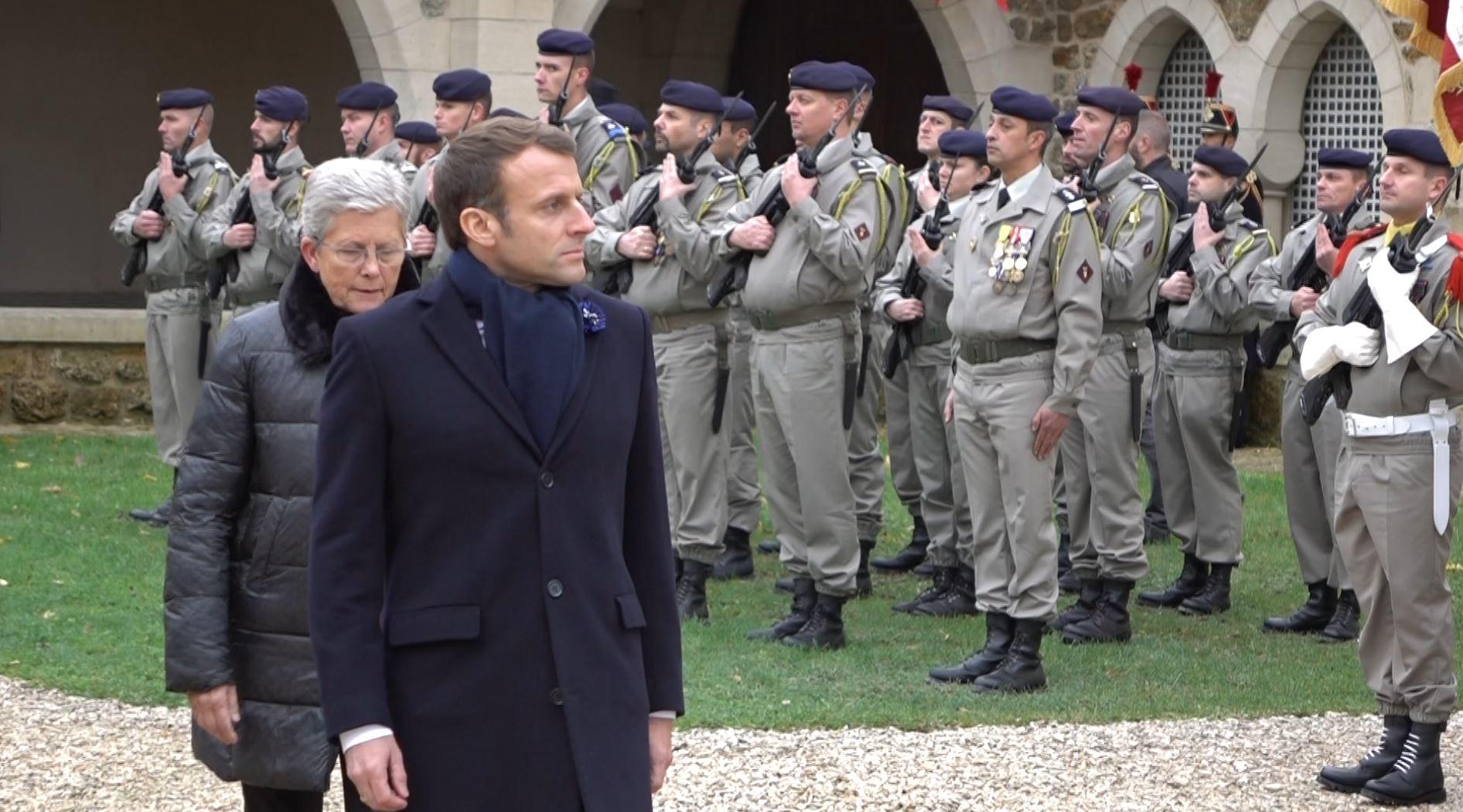 Le Président de la République était accompagné de Geneviève Darrieussecq, secrétaire d'État auprès de la Ministre des Armées...