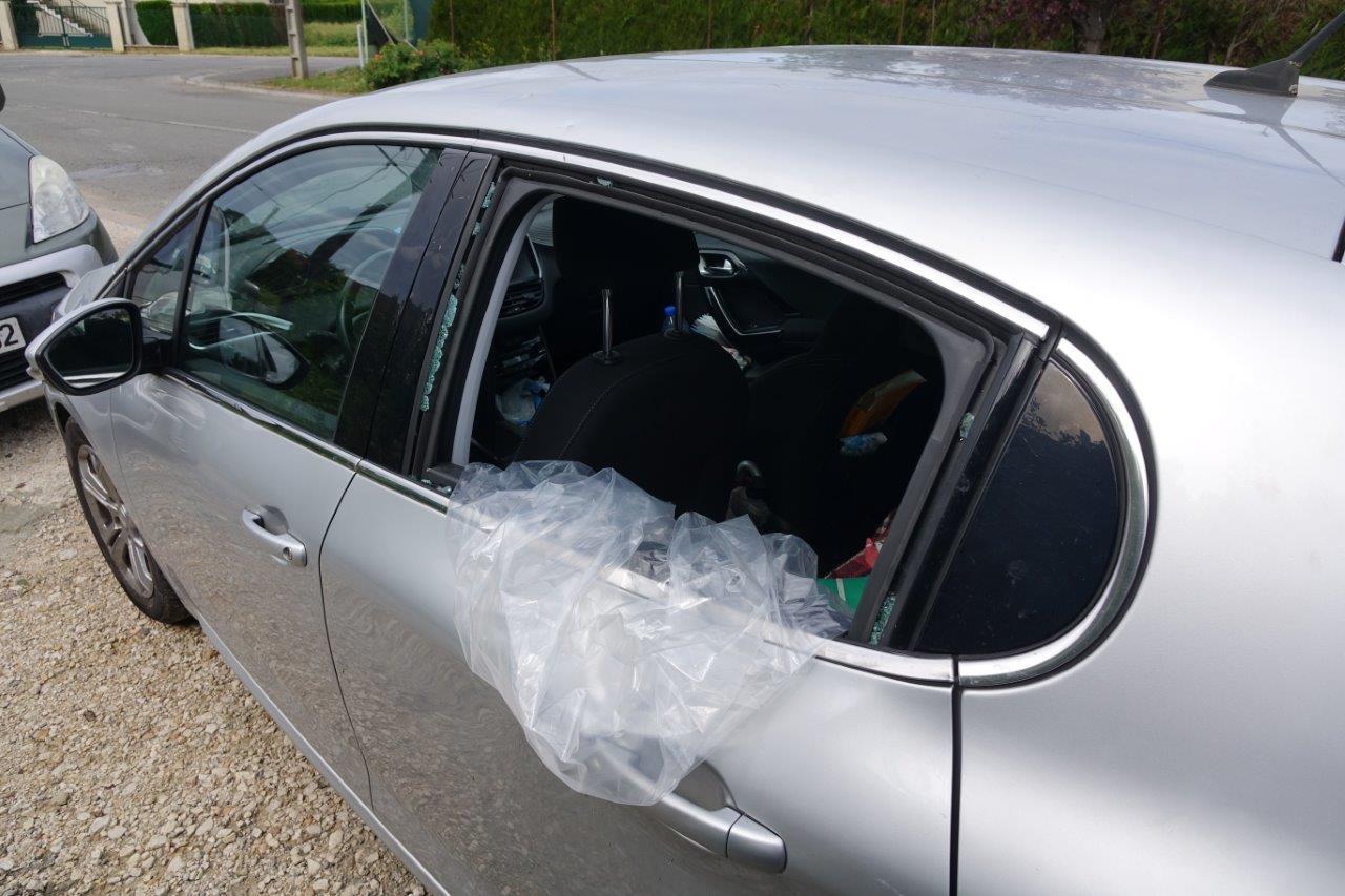 Des tuiles sont entrées à l'intérieur de leur seconde voiture par une vitre latérale.