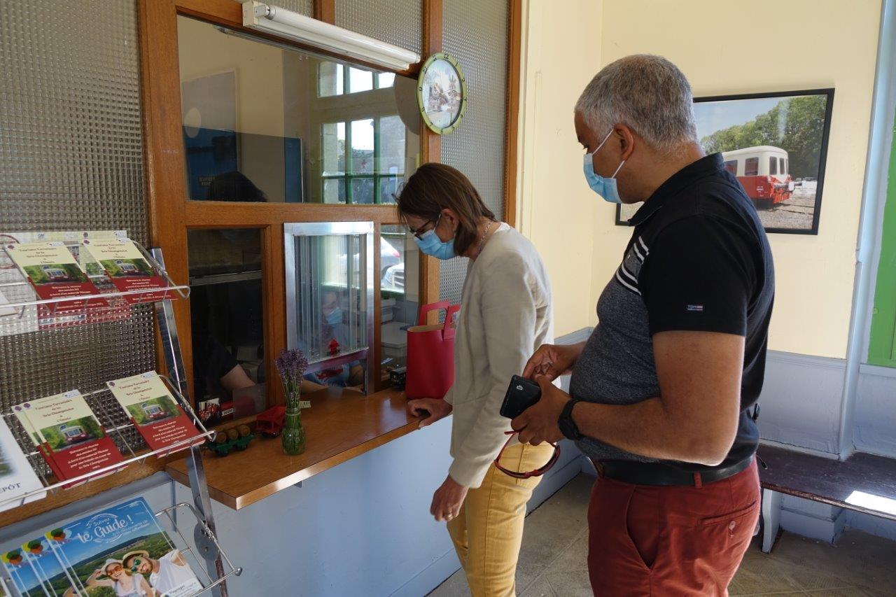 Anne Maricot et Dominique Duclos, le binôme de candidats aux élections départementales sur le canton d'Essômes-sur-Marne sont venus faire du tourisme ferroviaire en famille.