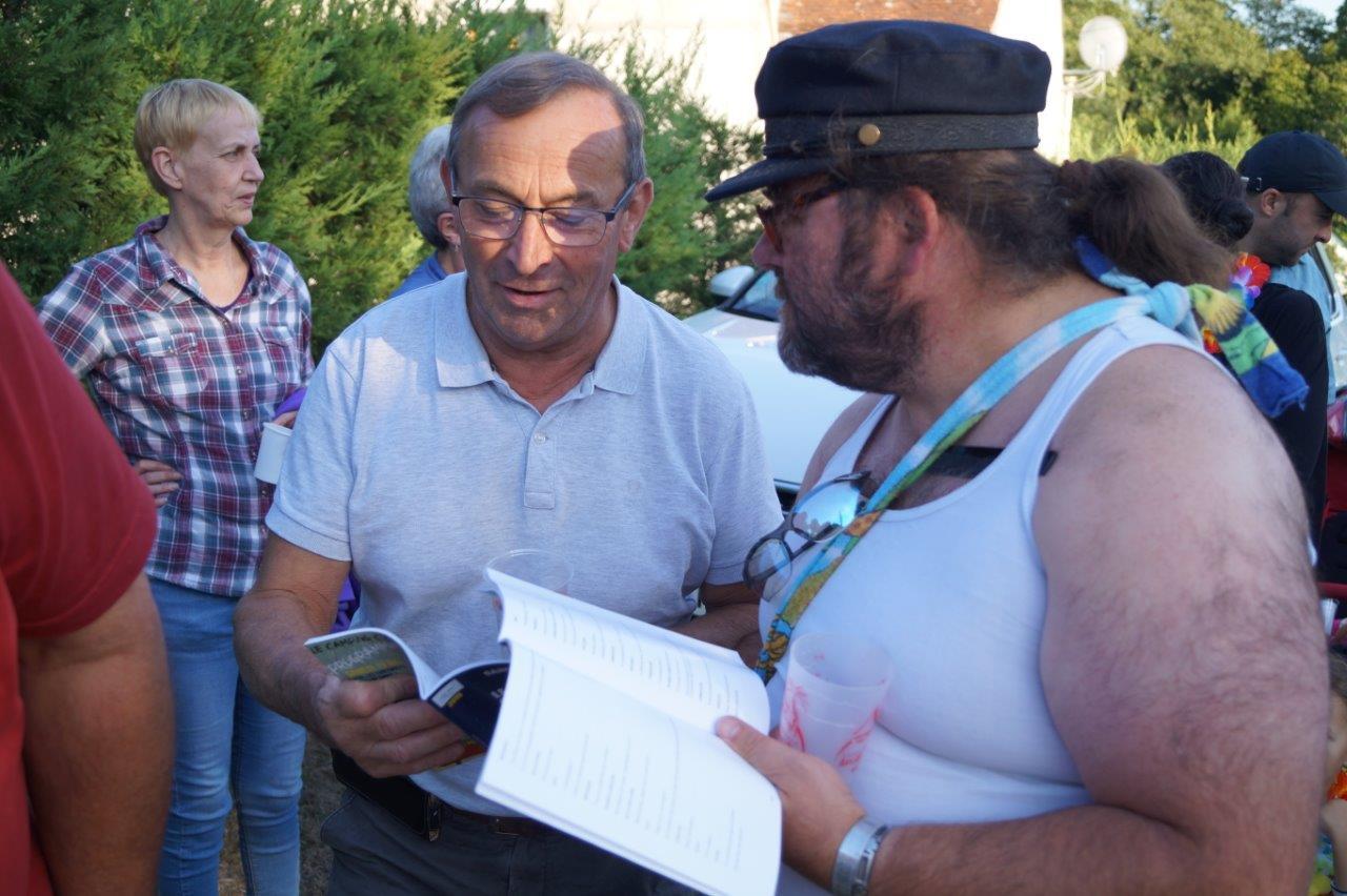 A gauche, Pierre Simon, maire de Verdilly, prend connaissance du rôle que lui confie Patrick Brosseron de l'ACPV (à droite).