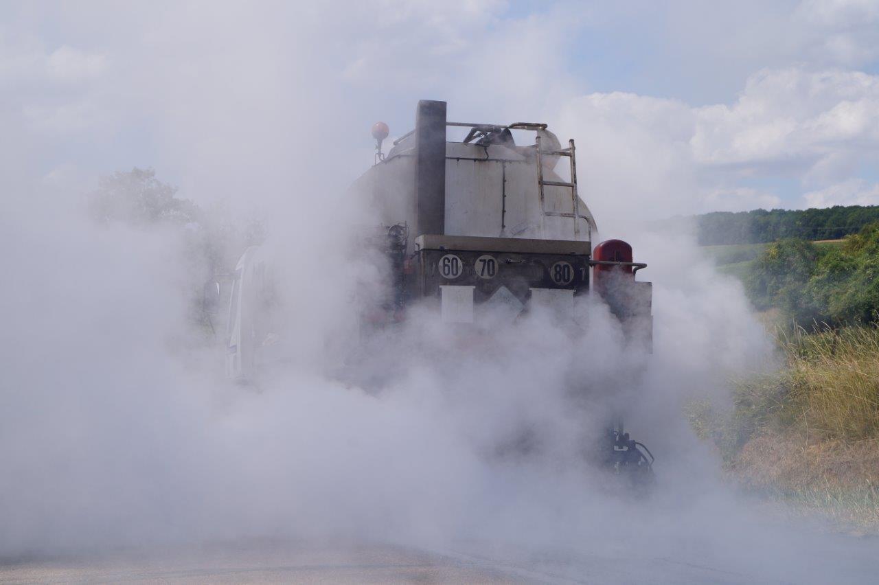 """Comme son nom l'indique, le répandeur répand un liant qui va d'une part, empêcher l'eau de pénétrer dans la structure de la route et d'autre part, de fixer les """"cailloux""""..."""