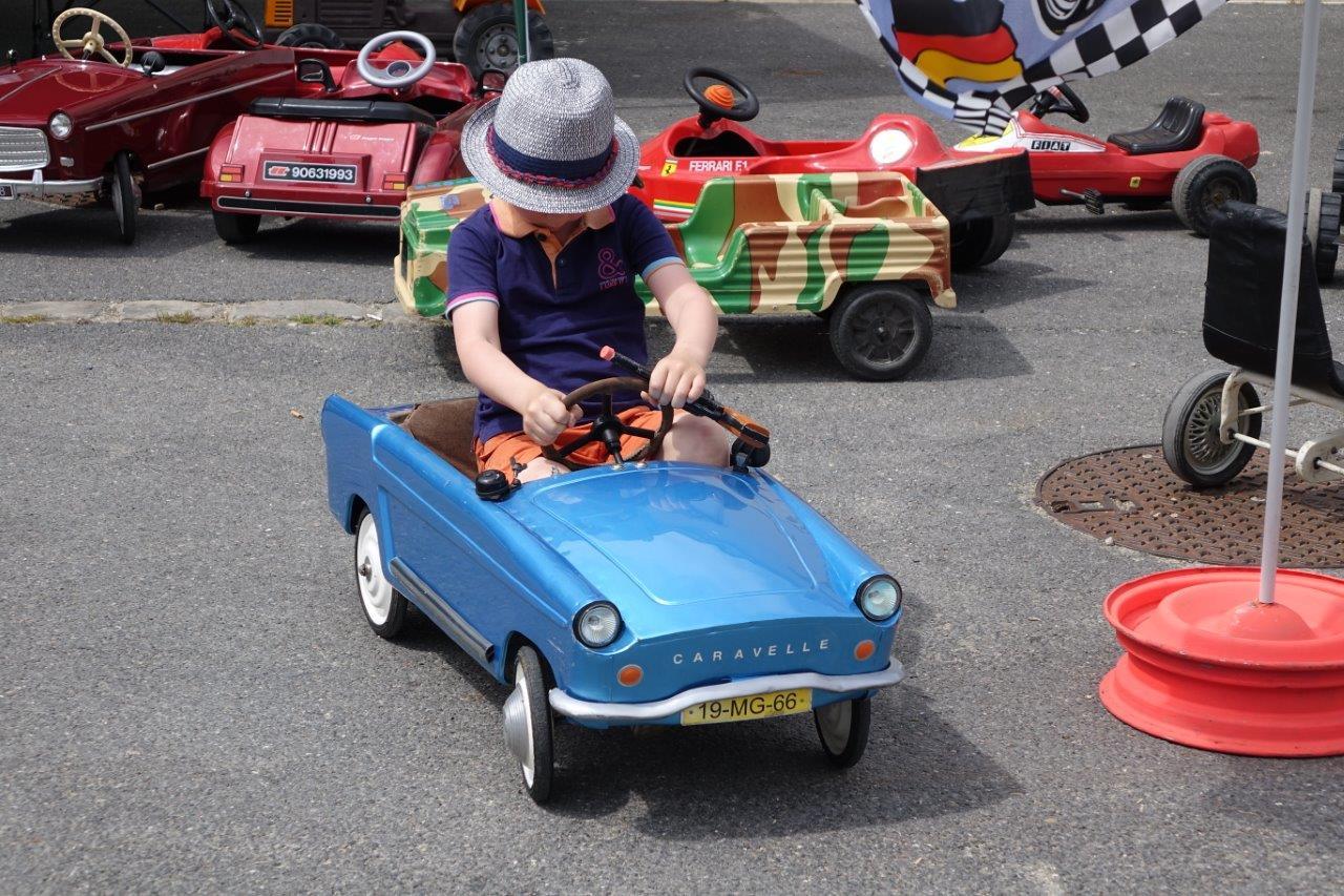 Le permis n'est pas encore en poche, mais les enfants pouvaient déjà essayer plusieurs modèles de voitures...