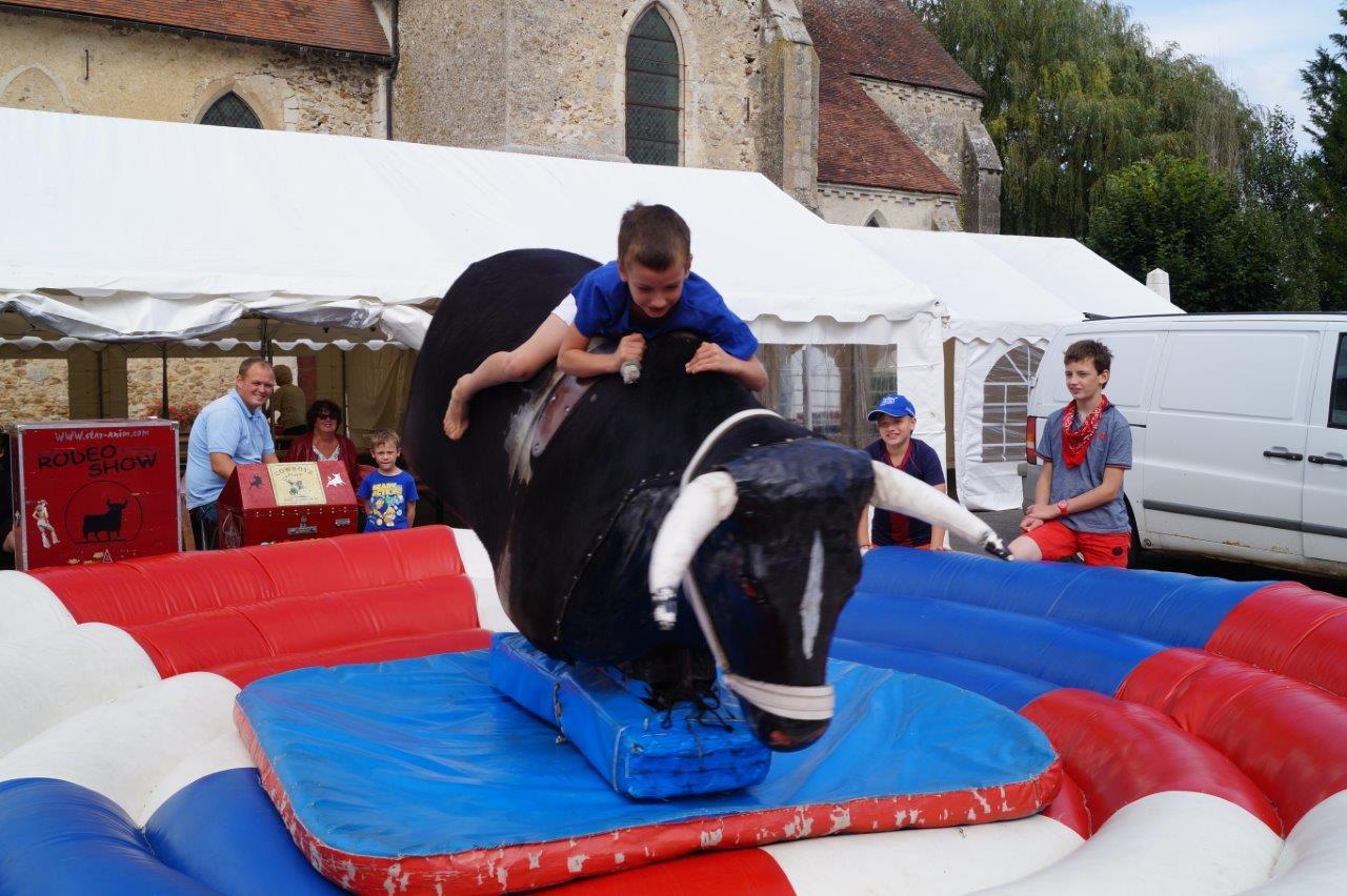 Petits et grands ont voulu défier le taureau mécanique.