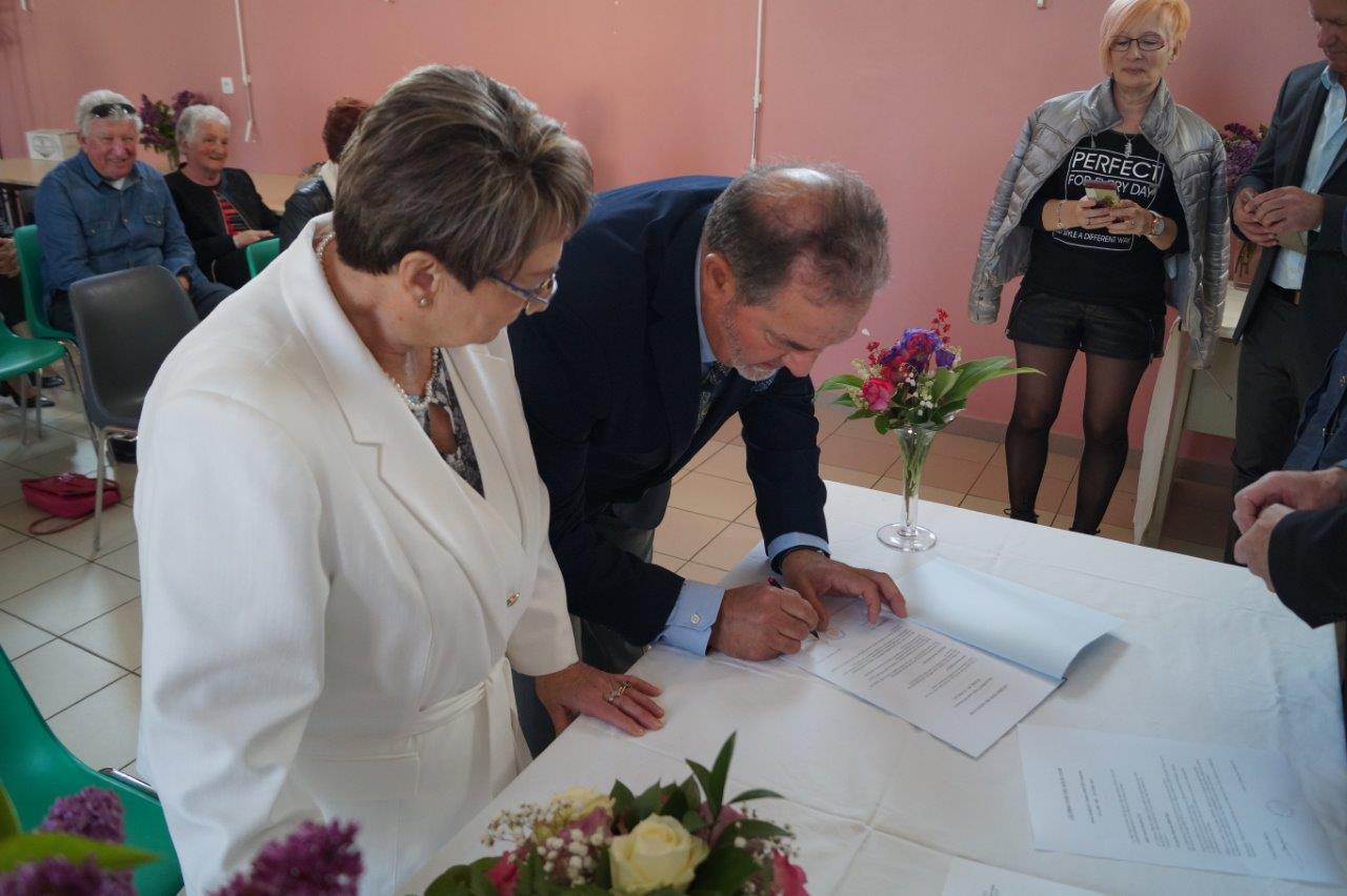 """Même jour, même heure, les """"nouveaux mariés"""" signent la copie de l'acte de mariage."""