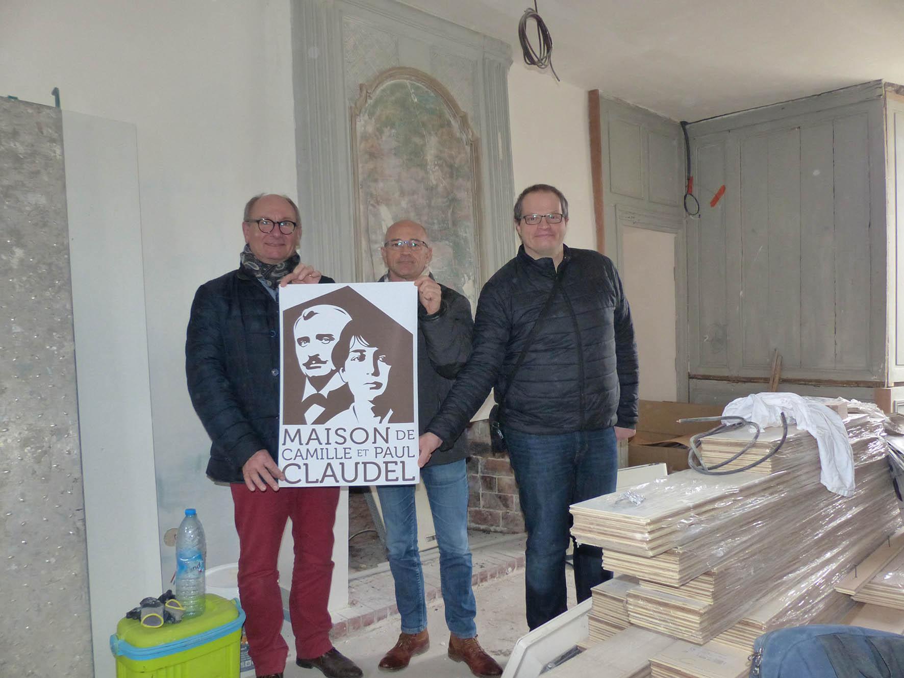 De gauche à droite : Etienne Haÿ, Jean-Luc Magnier et Thomas Bermudez présentent le logo conçu pour la Maison d'évocation.