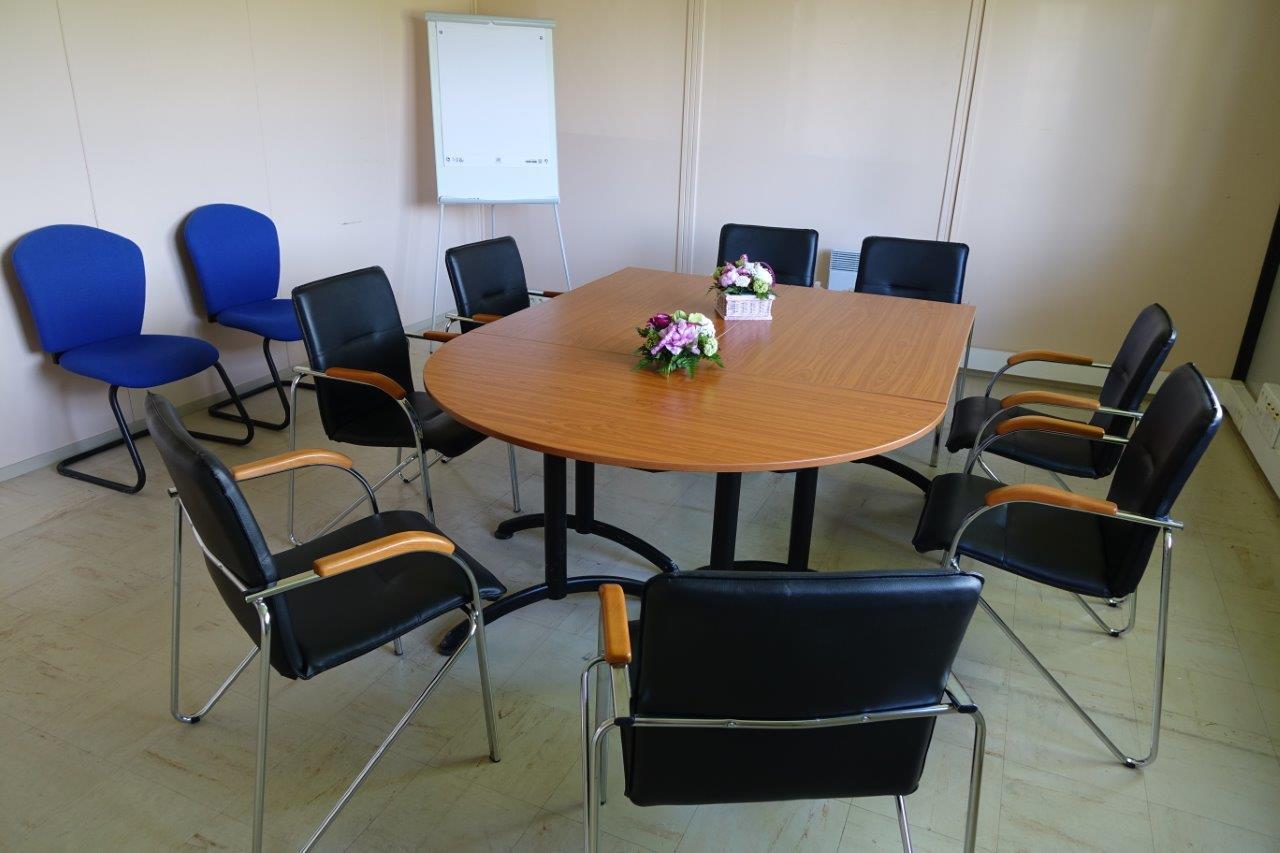 L'espace comprend une vaste salle de réunion.