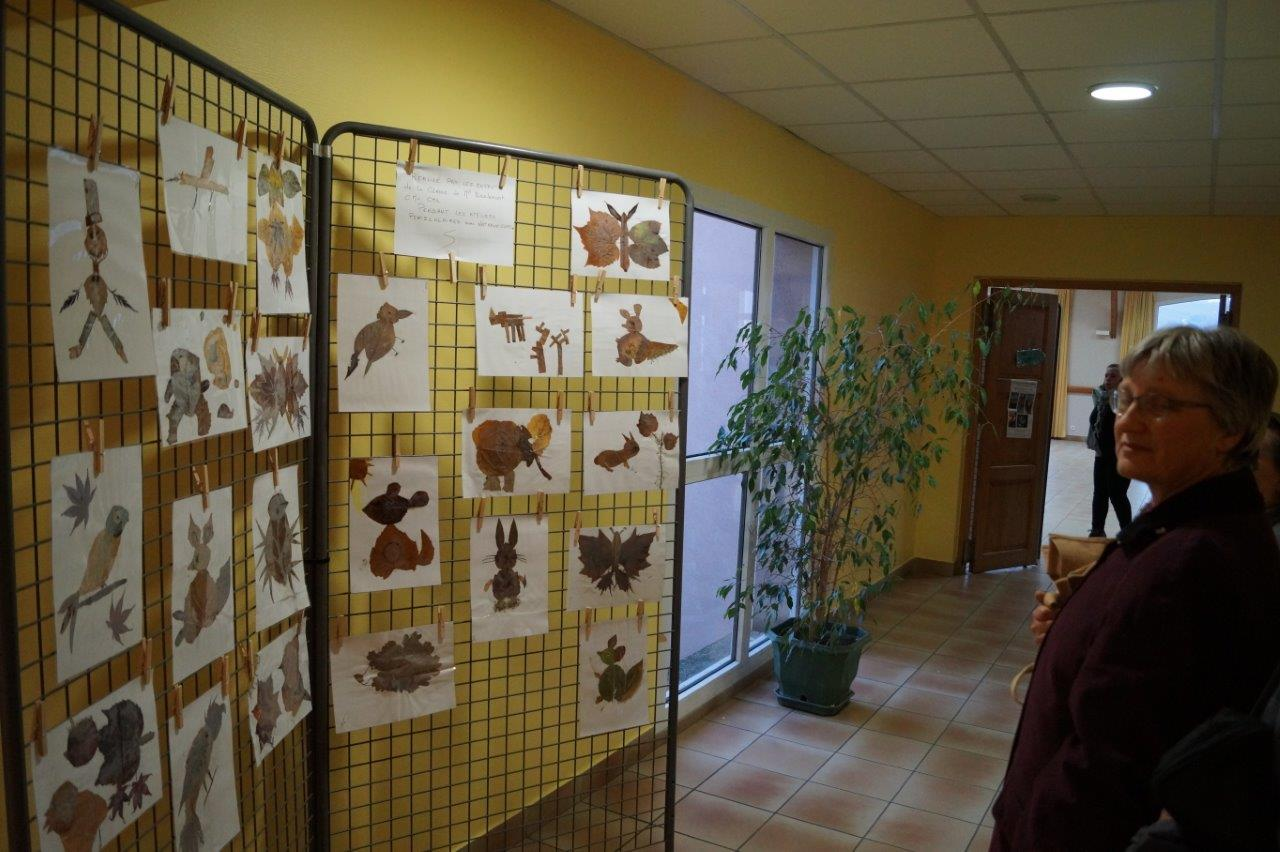 Une exposition d'oeuvres réalisées par les élèves des classes CM1 et CM2 pendant les ateliers périscolaires, trônait à l'entrée de la salle Serge Coyard.