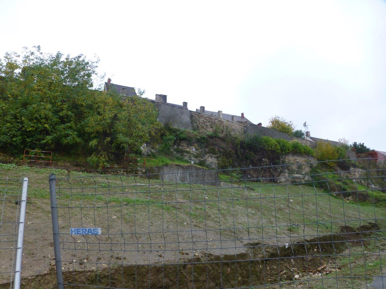 Après la destruction du bloc de calcaire et de la maison d'habitation qui était menacée par ce dernier, c'est désormais la terre de remblai qui pose des soucis.