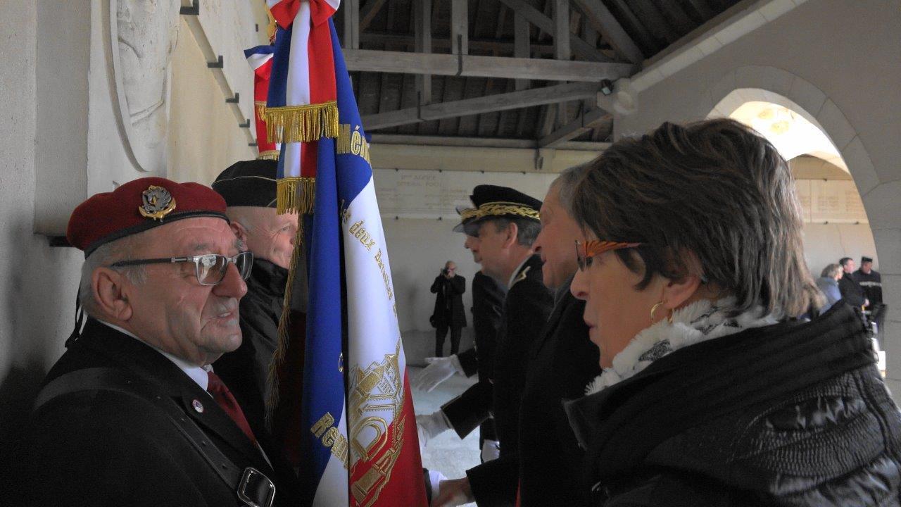 Le salut de l'Association des Porte-Drapeaux d'Epernay et sa région par les autorités.
