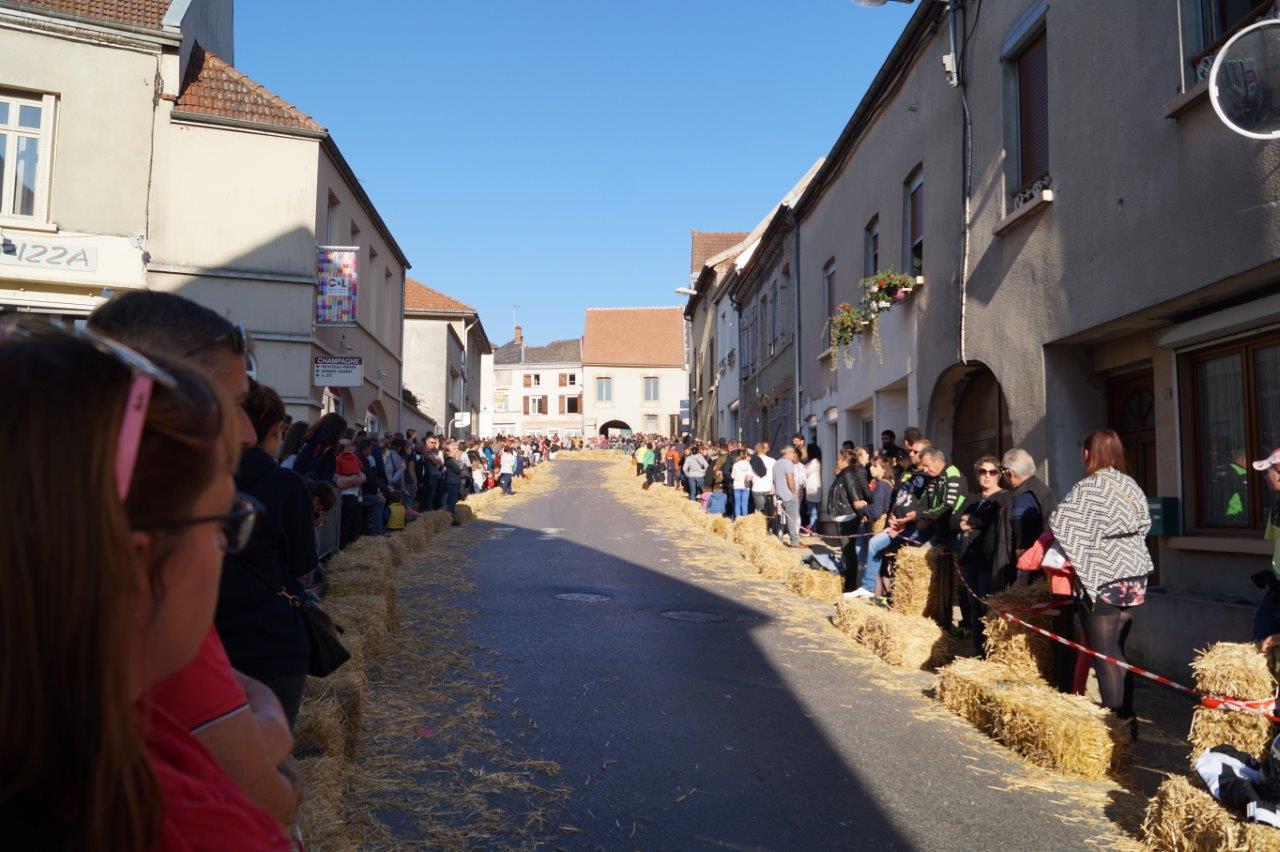 Une foule énorme prend place tout au long du parcours.
