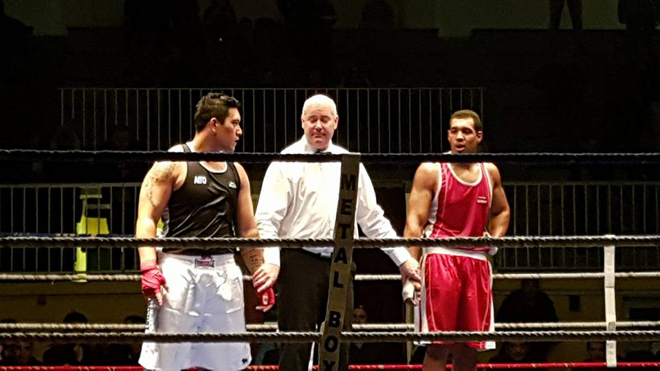 Au bout de 6 minutes d'un combat intense, les deux boxeurs attendent la décision des juges...