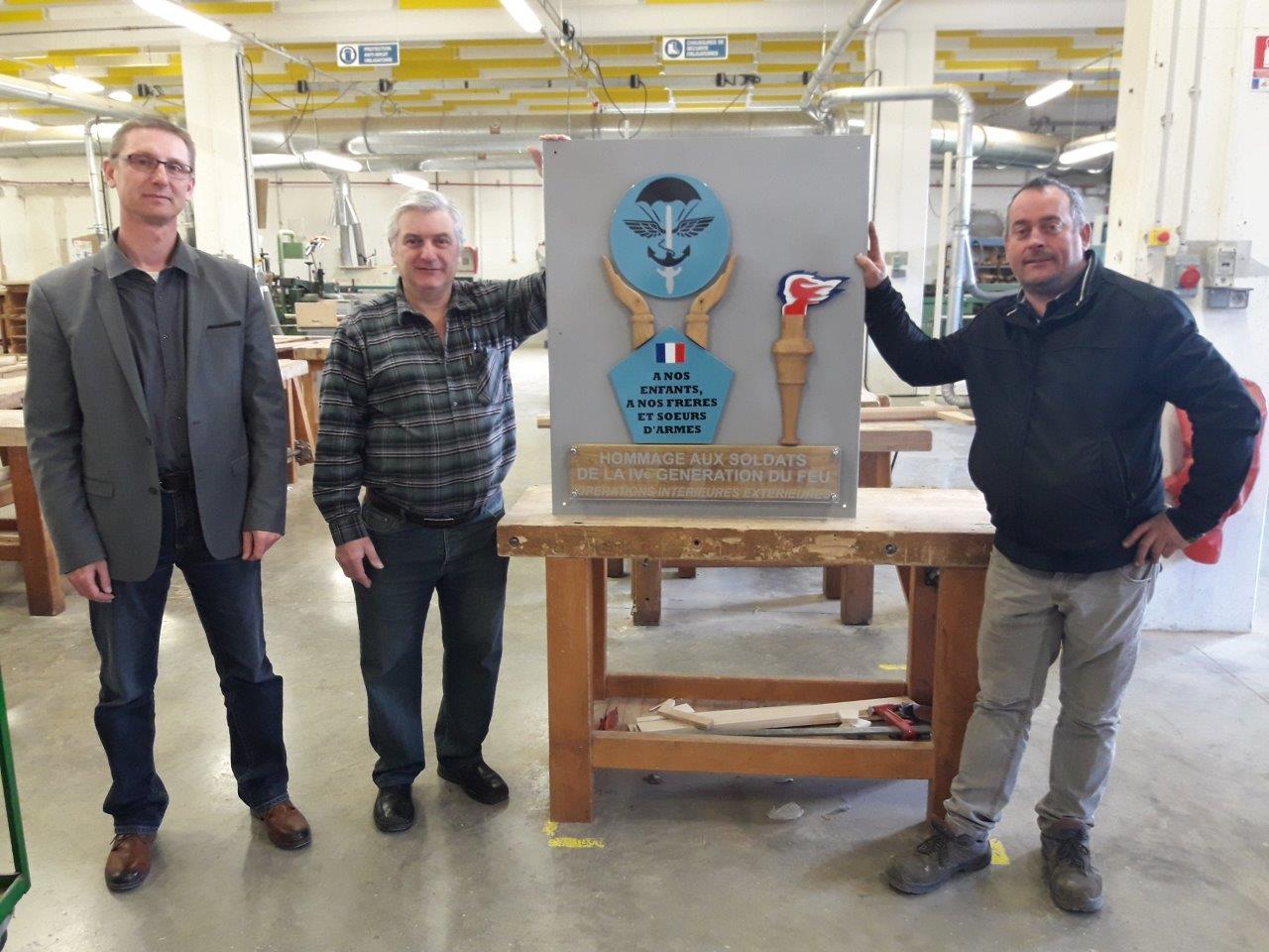 Les élèves du Lycée Polyvalent Jules Verne de Château-Thierry ont fabriqué la plaque commémorative. A gauche, Patrice Parmentier, chef de travaux, et les professeurs.