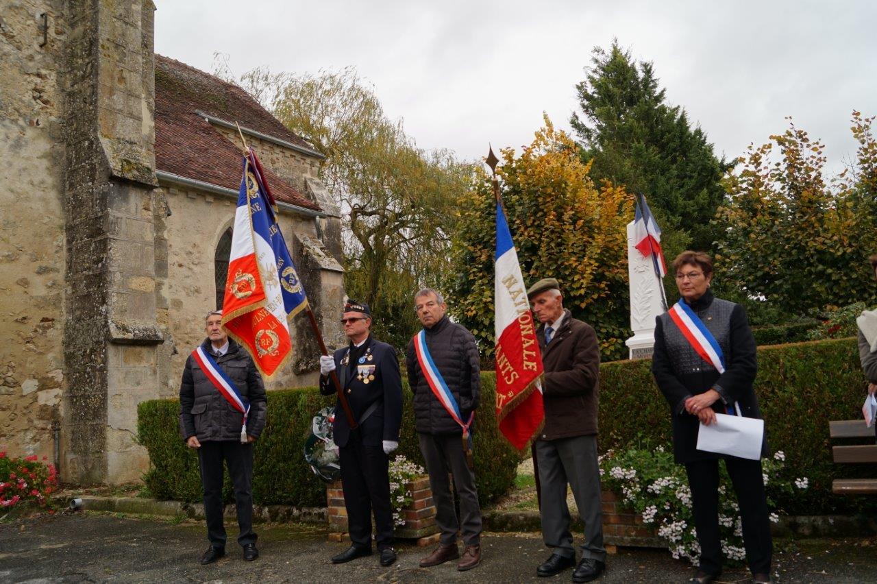 De gauche à droite : Pierre Troublé, adjoint au maire délégué de Saint-Agnan, Marcel Dartinet, porte-drapeau, Bruno Lahouati, maire de Vallées-en-Champagne, Robert Breton, porte-drapeau, et Jacqueline Picart, maire déléguée de La Chapelle-Monthodon.